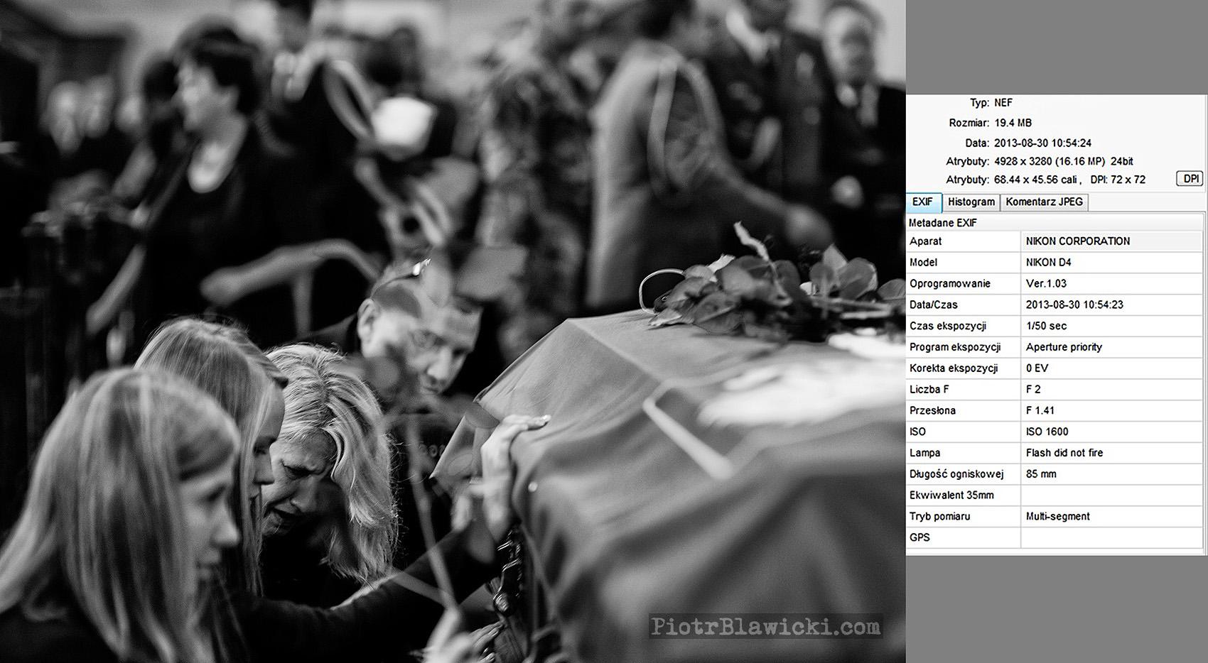 Lubliniec. Pogrzeb polskiego komandosa JWK Lubliniec chor. Mirosława Łuckiego, który zginął w Afganistanie od wybuchu miny pułapki w nocy z 23 na 24 sierpnia 2013 roku. To pierwszy zabity w Afganistanie komandos z prestiżowej polskiej formacji komandosów Task Force 50. Chorąży Łucki zostawił żonę i syna. Dotychczas w Afganistanie zginęło 41 polskich żołnierzy. Na zdjęciu kościół św. Stanisława Kostki – rodzina przy trumnie poległego komandosa.