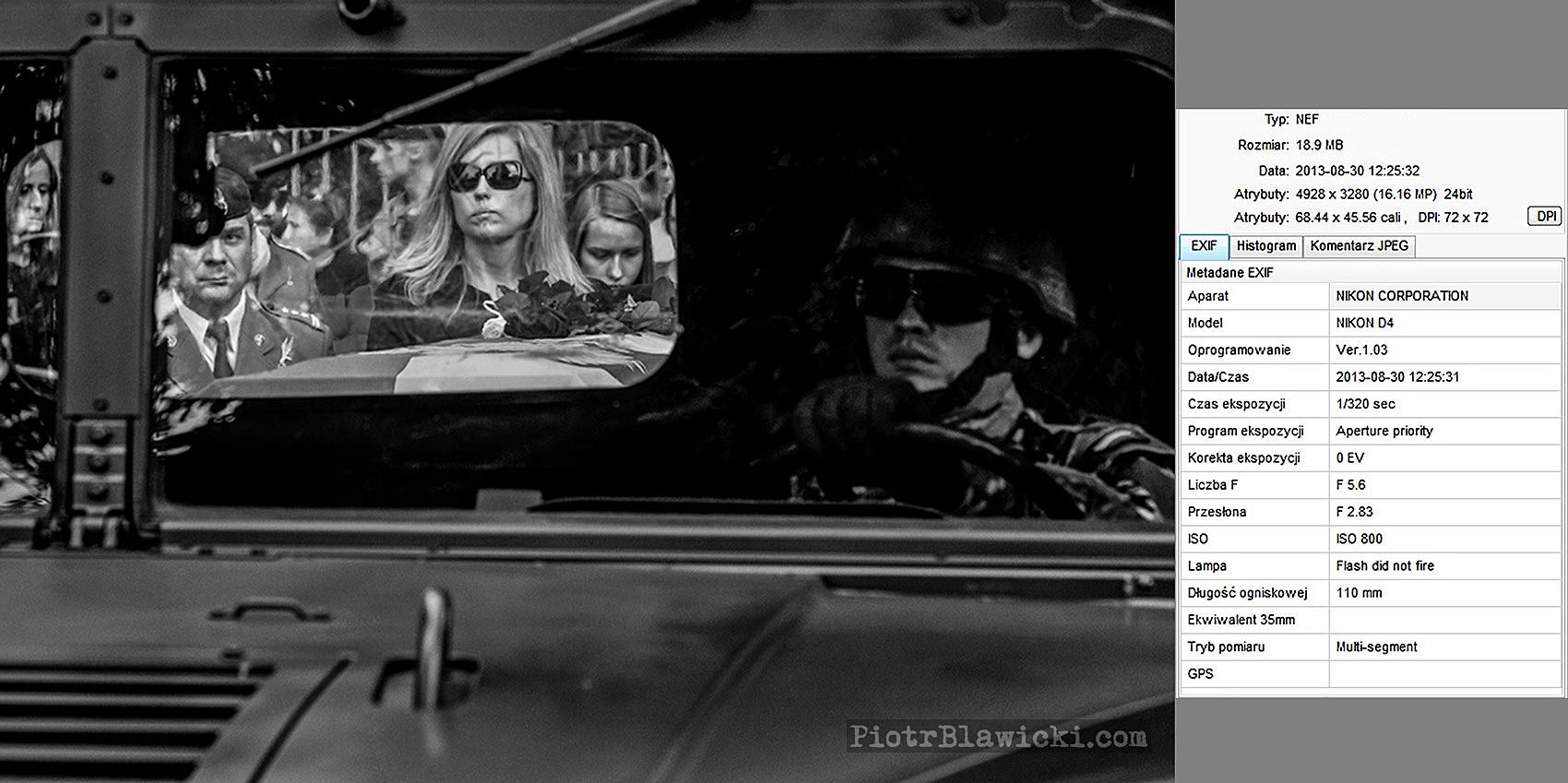 pogrzeb – żona i dowódca chorążego idą za trumną żołnierza