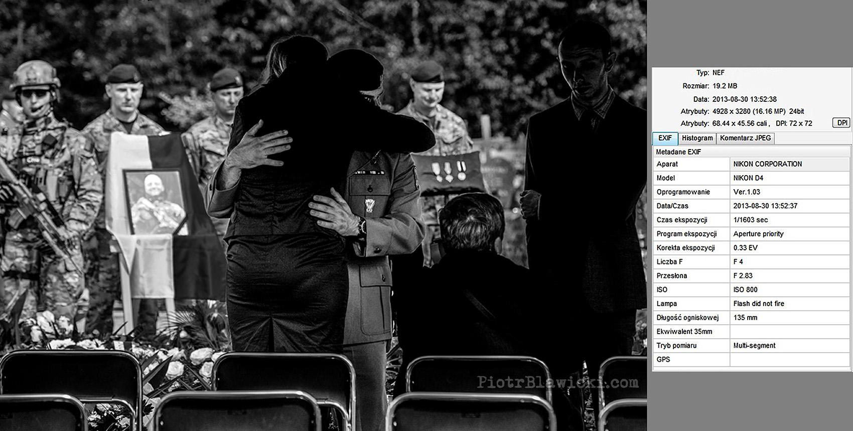 żona poległego komandosa odbiera kondolencje od dowódcy jej męża