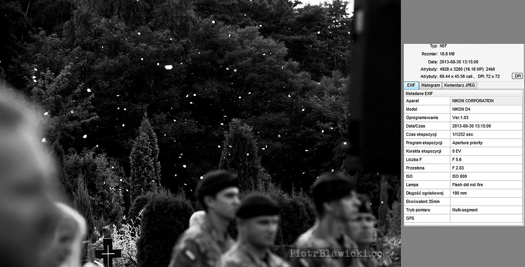 spadające biało-czerwone płatki róż, które w czasie składania trumny do grobu rozrzucił nad cmentarzem wojskowy śmigłowiec