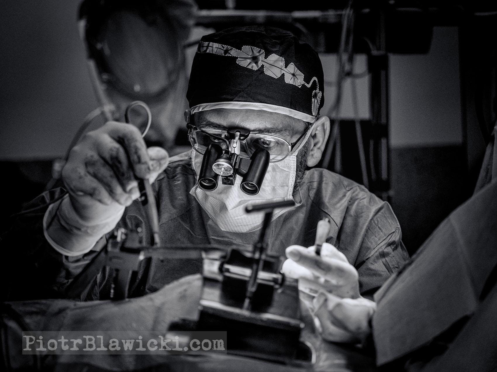kardiochirurg Przemysław Szałański podczas operacji - piotrblawicki.com fotoblog -05
